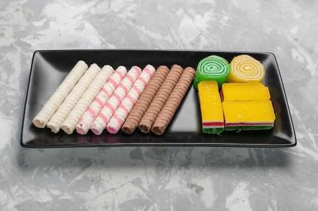 Widok z przodu małe ciasteczka fajkowe z marmoladą na białej powierzchni