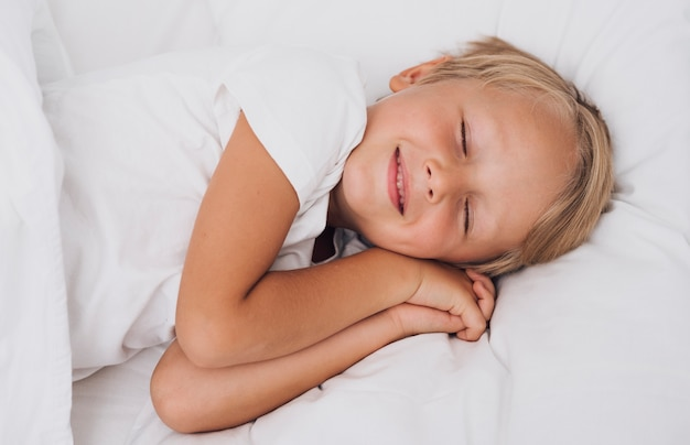 Widok z przodu małe dziecko o słodkich snach