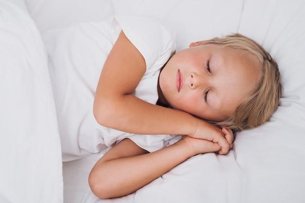 Widok z przodu małe dziecko śpi