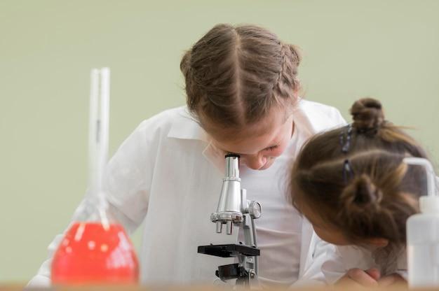 Widok z przodu małe dziewczynki w laboratorium naukowym