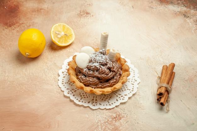 Widok z przodu małe pyszne ciasto z kremem na lekkiej podłodze słodkie ciasto deserowe