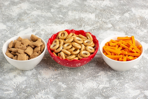 Widok z przodu małe słodkie poduszki ciasteczka i krakersy z sucharkami na białej powierzchni
