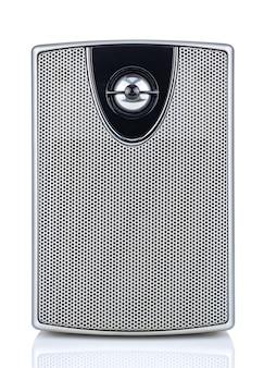 Widok z przodu małego głośnika komputerowego na białym tle