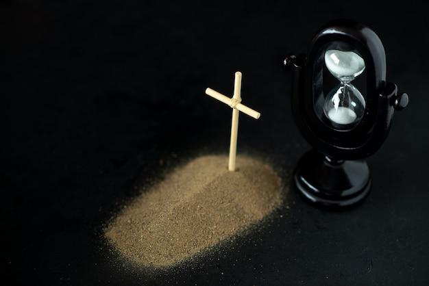 Widok z przodu małego grobu w kolorze czarnym. klepsydra na czarno