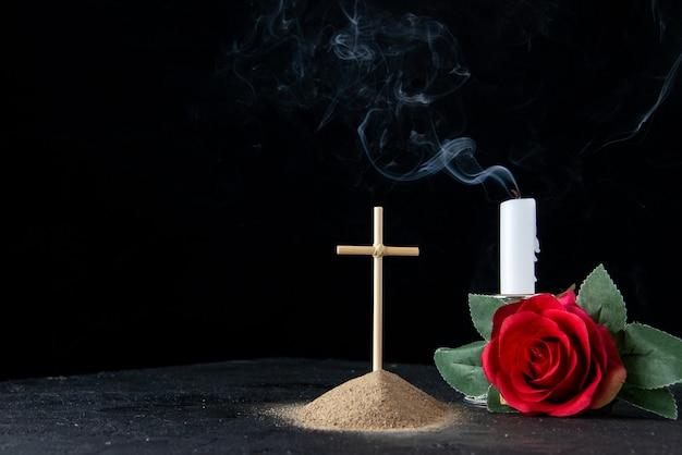 Widok z przodu małego grobu z czerwonym kwiatem na czarno