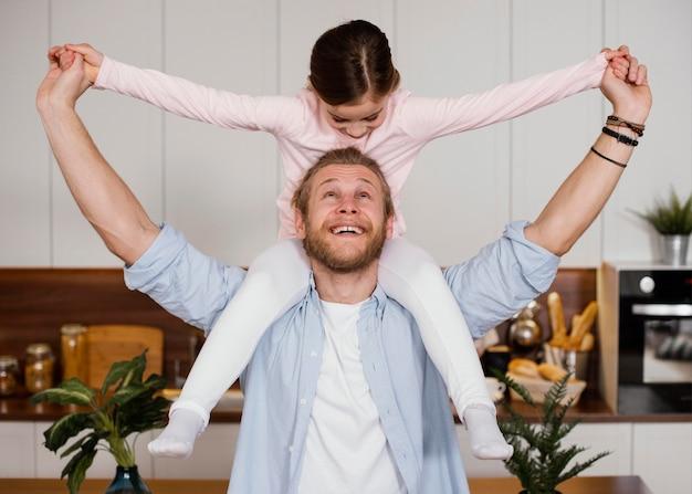 Widok z przodu małej dziewczynki i taty spędzających razem czas