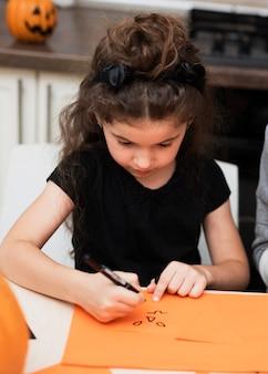 Widok z przodu małej dziewczynki rysunku