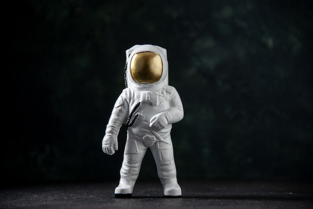 Widok z przodu małej zabawki kosmonauty na czarno