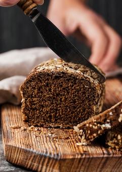 Widok z przodu mały chleb pełnoziarnisty na desce