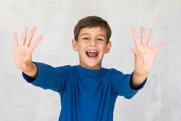 Widok z przodu mały chłopiec krzyczy