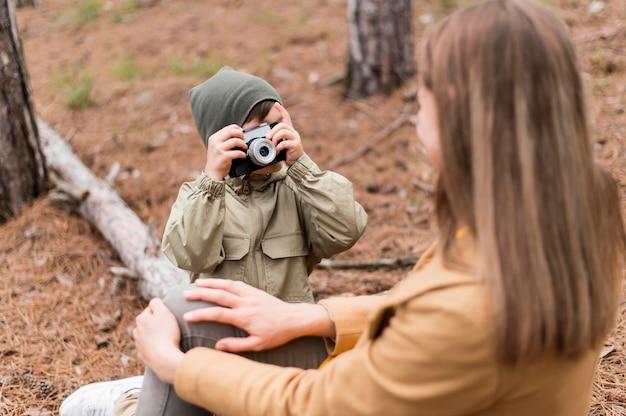 Widok z przodu mały chłopiec robi zdjęcie swojej matki