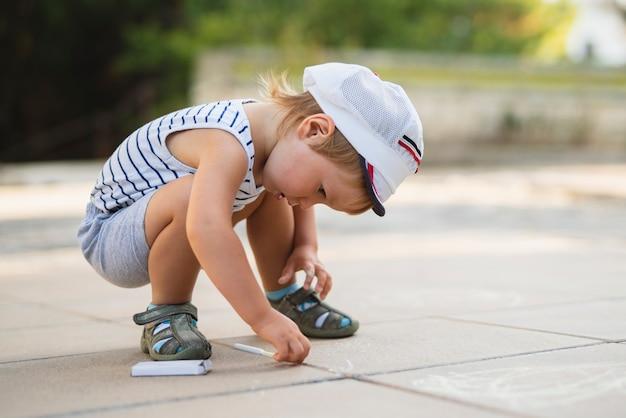 Widok z przodu mały chłopiec rysunek kredą