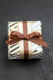 Widok z przodu mały prezent na ciemnym uczuciu kochanka prezent na luty para miłość pasja