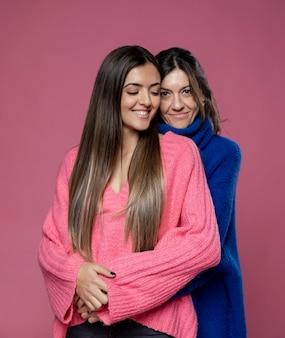 Widok z przodu matka i córka przytulanie