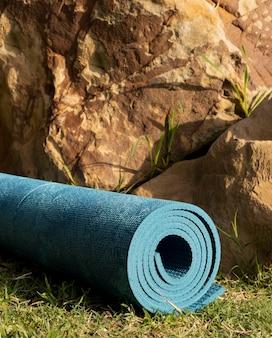 Widok z przodu maty do jogi na zewnątrz na trawie