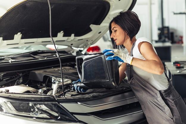 Widok z przodu mechanik kobieta wymiana oleju