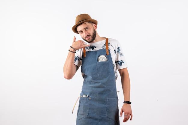 Widok z przodu męski barman stojący i proszący o telefon na białej ścianie alkoholowy klub nocny drink bar