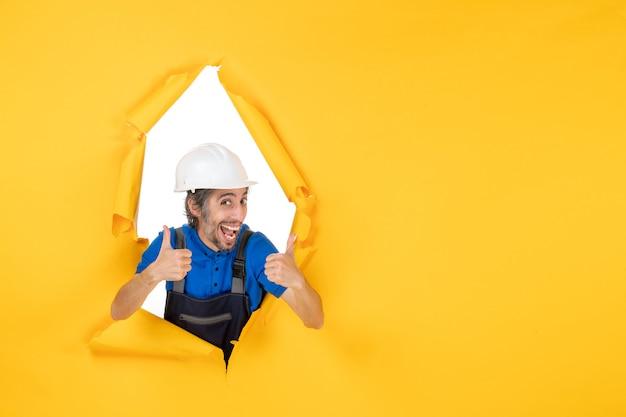 Widok z przodu męski budowniczy w mundurze na żółtym tle