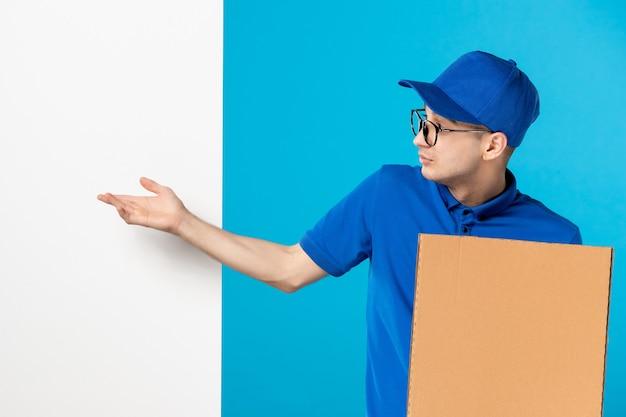 Widok z przodu męski kurier w mundurze z dostawą pizzy na niebiesko