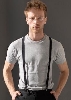 Widok z przodu męski model noszący szelki