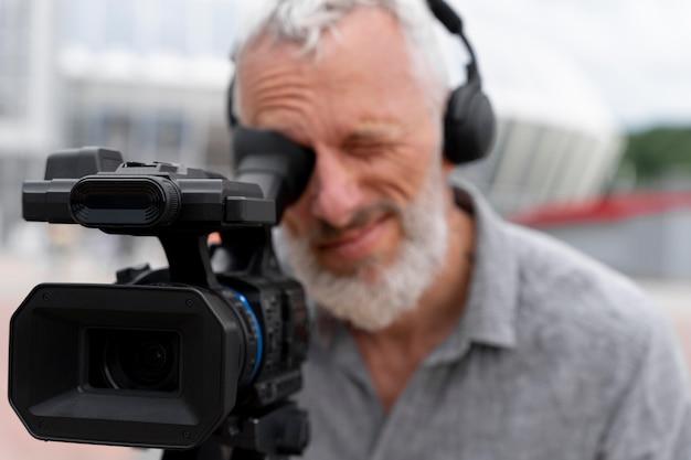 Widok z przodu męski portret kamerzysty