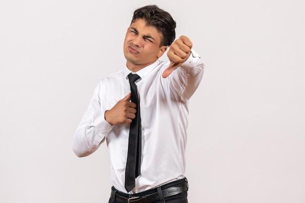 Widok z przodu męski pracownik biurowy czuje się niezadowolony na białej ścianie praca biznesowa męska praca