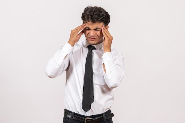 Widok z przodu męski pracownik biurowy myślący na białej ścianie praca biurowa praca mężczyzna człowiek