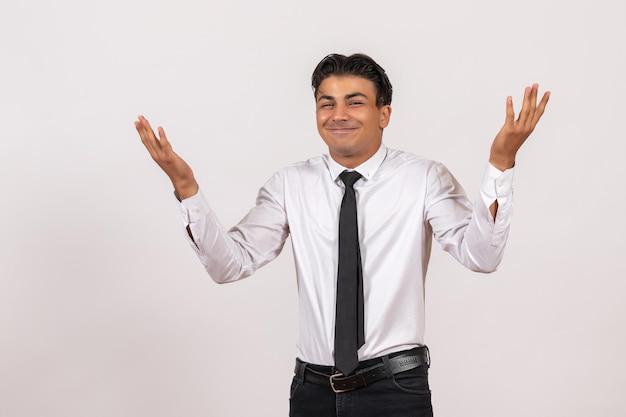Widok z przodu męski pracownik biurowy pozujący na białej ścianie praca męska praca biznes