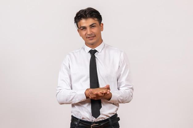 Widok z przodu męski pracownik biurowy stojący na białej ścianie praca męska praca biznesowa