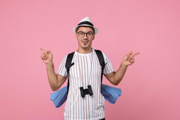 Widok z przodu męski turysta z plecakiem na różowej ścianie w kolorze emocji turysta