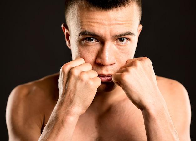Widok z przodu męskiego boksera z gotowymi pięściami
