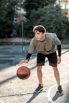 Widok z przodu mężczyzna gra w koszykówkę