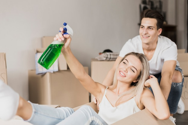 Widok z przodu mężczyzna i kobieta trzyma spray do czyszczenia