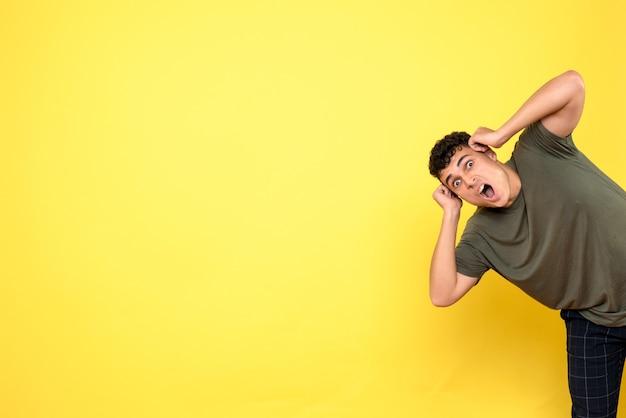 Widok z przodu mężczyzna mężczyzna krzyczy i trzyma ręce na głowie
