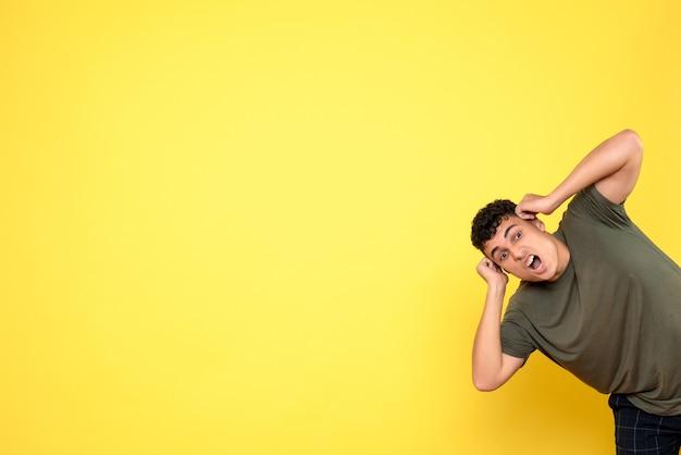 Widok z przodu mężczyzna mężczyzna trzyma ręce na głowie i krzyczy