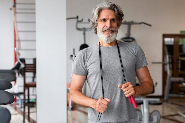 Widok z przodu mężczyzna na siłowni