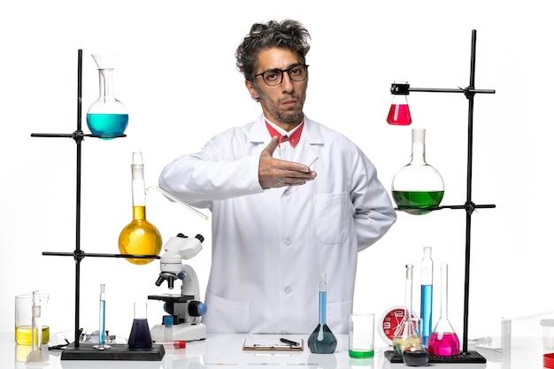 Widok z przodu mężczyzna naukowiec pozujący z rozwiązaniami