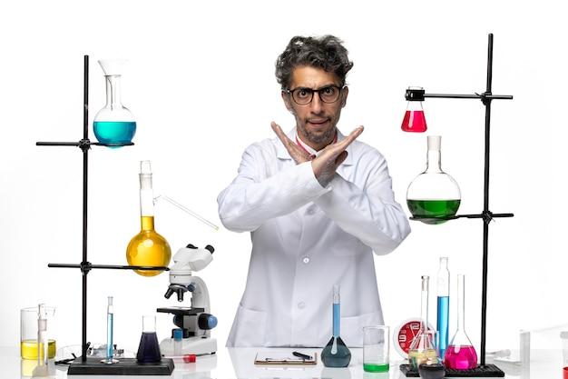 Widok z przodu mężczyzna naukowiec w białym garniturze medycznym przedstawiający gest zakazu