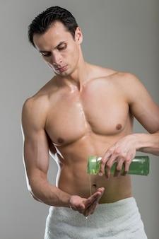 Widok z przodu mężczyzna odlewania szampon pod ręką