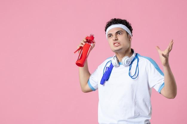 Widok z przodu mężczyzna sportowiec w odzieży sportowej z butelką wody