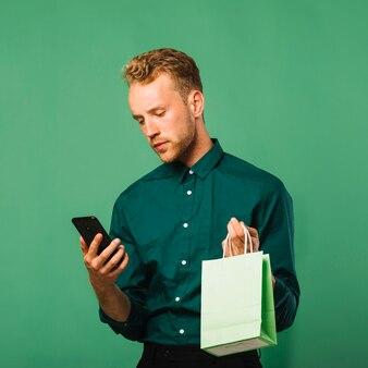 Widok z przodu mężczyzna sprawdzanie jego telefonu