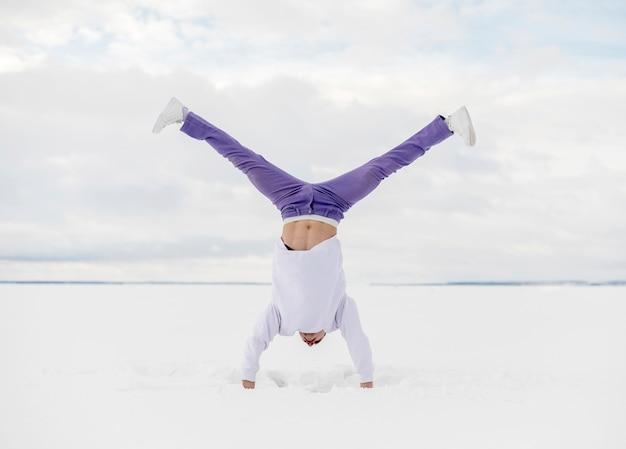 Widok z przodu mężczyzna tancerz pozowanie do góry nogami