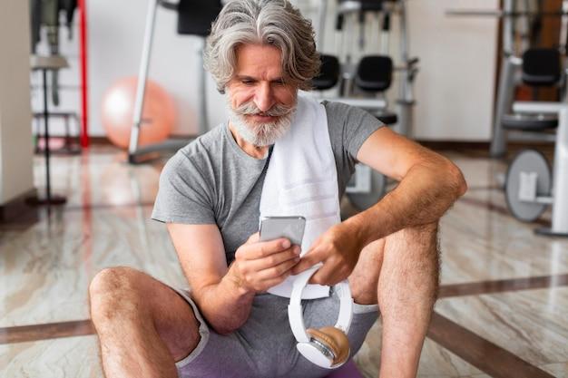 Widok z przodu mężczyzna trzyma smartfon