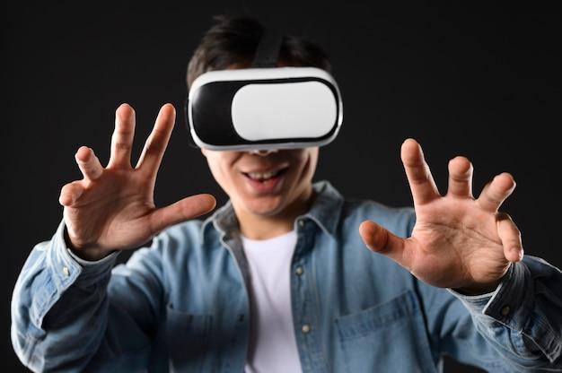 Widok z przodu mężczyzna wirtualnej rzeczywistości zestaw słuchawkowy