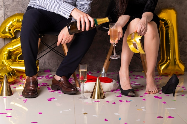 Widok z przodu mężczyzny i kobiety z szampanem