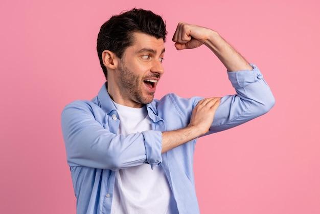 Widok z przodu mężczyzny pokazującego biceps