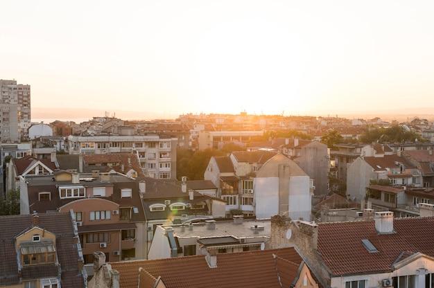 Widok z przodu miasta z budynkiem o zachodzie słońca