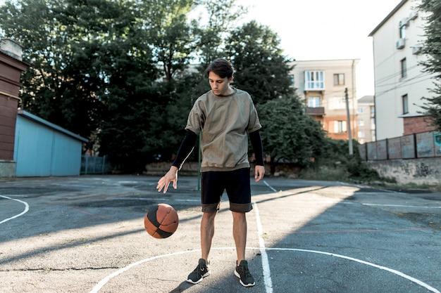 Widok z przodu miejskiego koszykarza