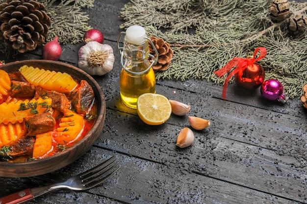 Widok z przodu mięsna zupa z zieleniną i ziemniakami na ciemnym danie na biurku zupa mięsna z drzewa