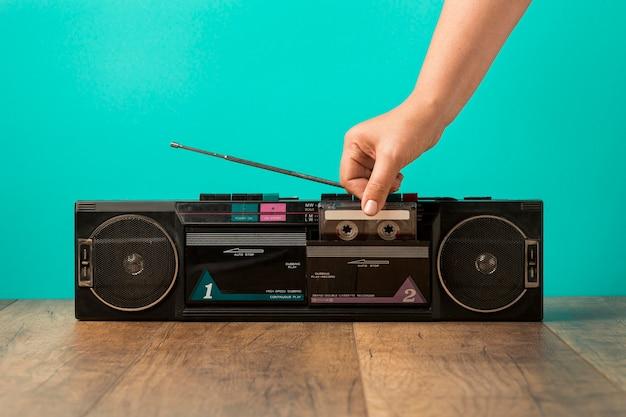 Widok z przodu minimalistycznej kasety w stylu vintage